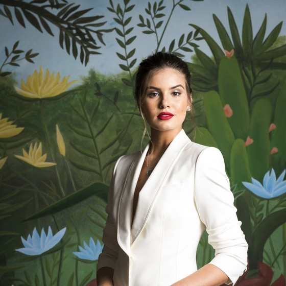 Camila Queiroz, que viverá a mocinha Luiza, escolheu um belo terninho branco para a festa da nova novela das 7 (Foto: João Cotta/ TV Globo)