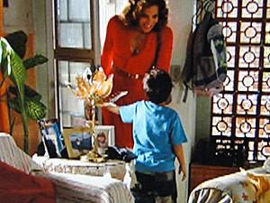 Falsa, ela faz a fofa com Junior (Foto: Salve Jorge/TV Globo)