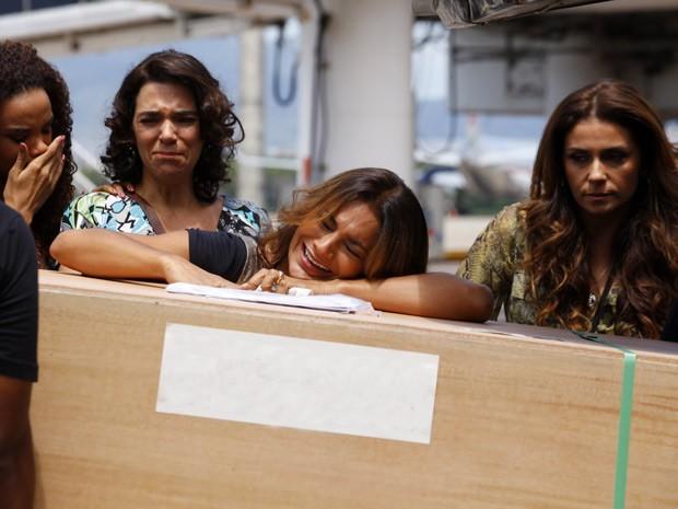 Lucimar chora muito ao ver o caixão com o suposto corpo de Morena (Foto: Salve Jorge/TV Globo)