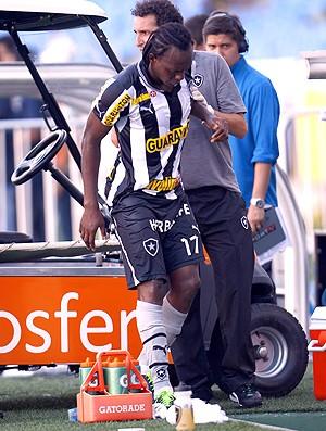 Andrezinho deixa a partida do Botafogo machucado (Foto: Ivo Gonzalez / Agencia O Globo)