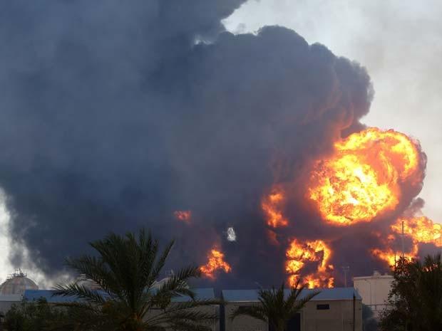 Posto de gasolina é incendiado neste sábado (2) após confrontos entre milícias rivais perto do aeroporto de Trípoli (Foto: AFP PHOTO/MAHMUD TURKIA)