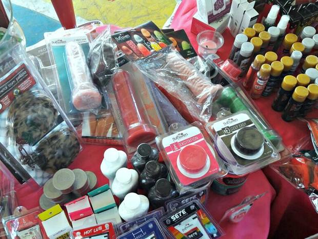 Vibradores e lubrificantes estavam entre os produtos de sex shop expostos aos alunos  (Foto: Arquivo Pessoal)