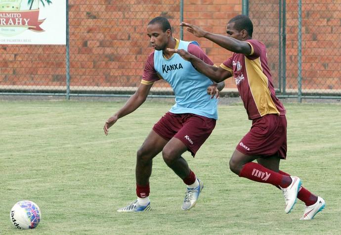 Douglas Assis e Marquinho, treino do Macaé em Pinheiral (Foto: Tiago Ferreira / Macaé Esporte)