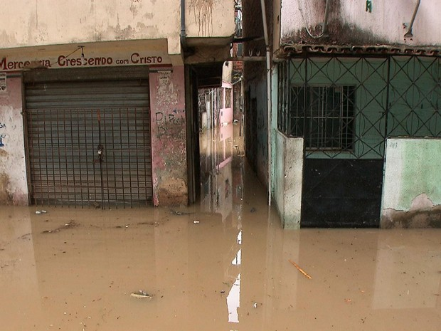 Ruas do bairro ficaram cobertas de água na manhã desta terça (Foto: Reprodução/TV Bahia)