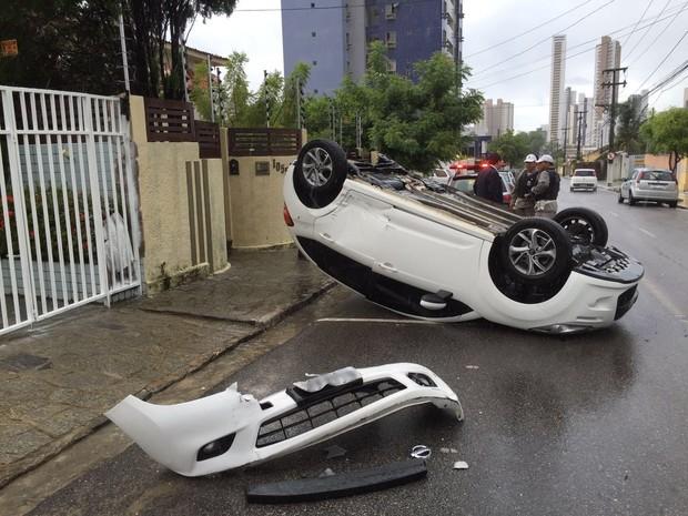 Carro capotou depois de ter sido atingido por outro que seguia na contramão em João Pessoa (Foto: Walter Paparazzo/G1)