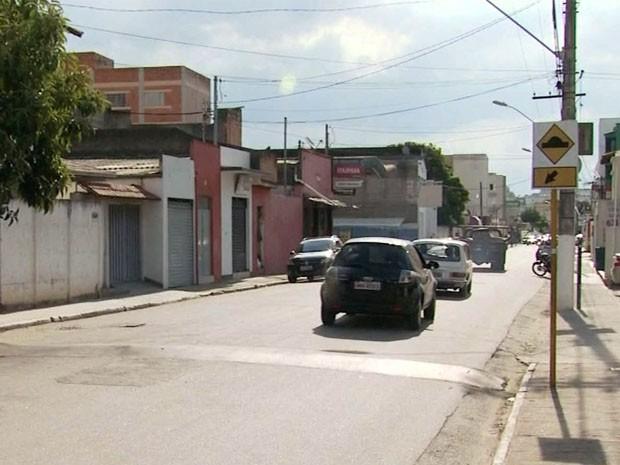 Mulher é arrastada em veículo  por 40 metros em Itajubá, MG (Foto: Edson de Oliveira / EPTV)