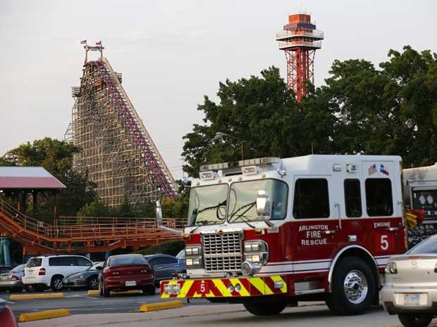 Montanha-russa 'Giant Texas', ao fundo, e um veículo de resgate de emergência no parque Six Flags Over, no Texas. (Foto: Tom Fox / The Dallas Morning News / AP Photo)