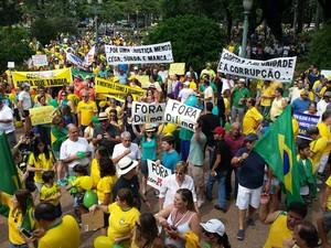 Manifestantes fazem apitaço na Praça da Liberdade, em Belo Horizonte. A Polícia Militar estima que quatro mil pessoas estejam no protesto. Às 9h40, uma das organizadoras do protesto falou em duas mil pessoas (Foto: G1)