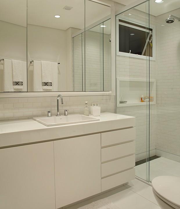 O banheiro do morador foi feito totalmente em branco (Foto: MCA Estúdio)