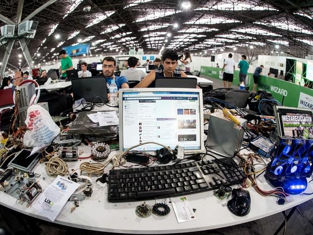 30/01 - Peças de computador são vistas espalhadas em mesa na Campus Party 2016 (Foto: Flavio Moraes/G1)