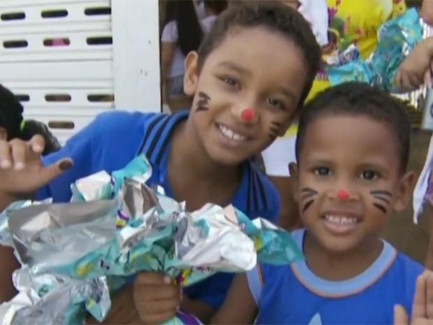 Crianças são presenteadas na edição da 'Pazcoa do Alemão' de 2014 (Foto: Reprodução/TV Globo)