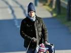 Tom Brady passeia com o filho Benjamin e o cachorro em Boston