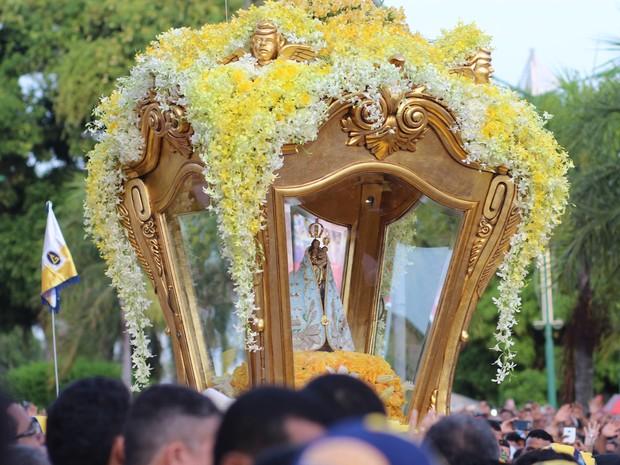 A berlinda do Círio 2016 foi esculpida por João Pinto. Neste ano, ganhou decoração de Paulo Morelli, que usou flores brancas e amarelas. (Foto: Alexandre Yuri/G1)