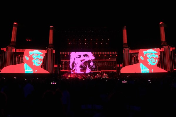 INDIO, CA - OCTOBER 09:  An illustration of Donald Trump appears on the screen during Roger Waters performance at Desert Trip at the Empire Polo Field on October 9, 2016 in Indio, California.  (Photo by Frazer Harrison/Getty Images) (Foto: Getty Images)