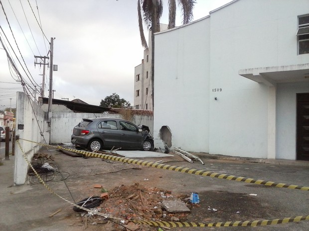 Carro invade igreja em Mogi das Cruzes, na tarde desta segunda-feira (27). Motorista perdeu o controle. (Foto: Mirielly de Castro / TV Diário)
