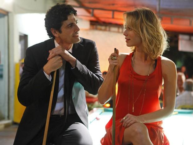 Nando e Juliana curtem a noite em um bar com sinuca (Foto: Guerra dos Sexos / TV Globo)