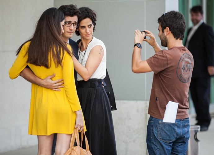 Garanhão! Thiago Rodrigues posa ao lado das suas duas mulheres da ficção (Foto: Fabiano Battaglin/Gshow)