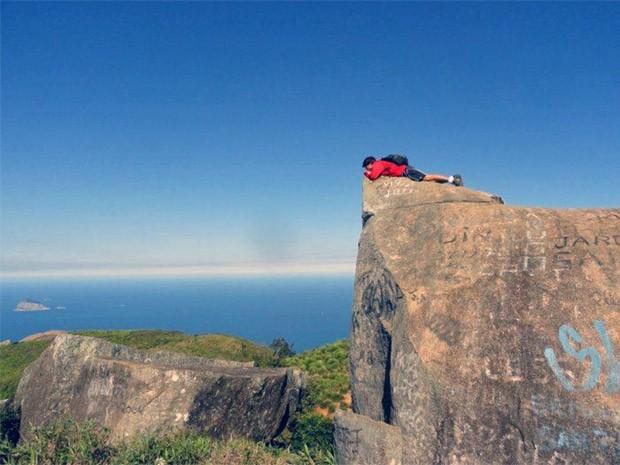 Daniel Blanco admira a paisagem do alto da pedra (Foto: Malhação / TV Globo)