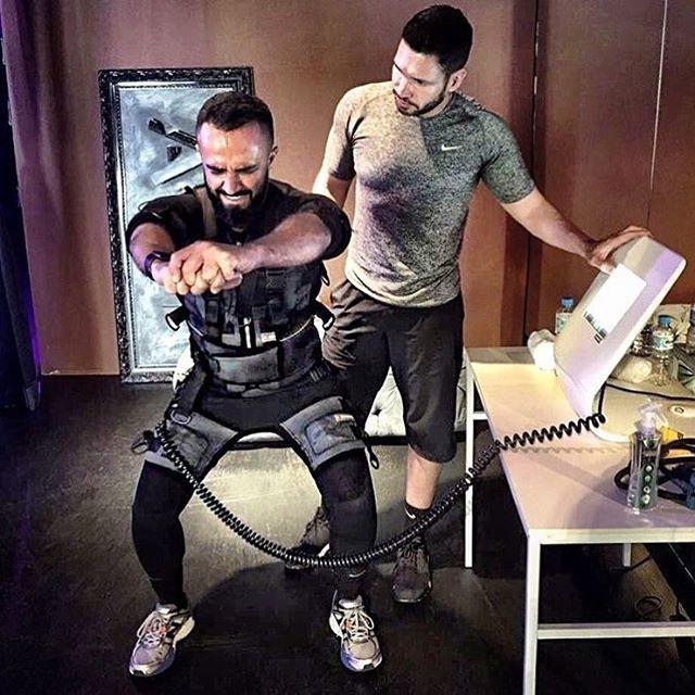 O stylist Yan Acioli testa o XBody com Rodrigo Sangion (Foto: Reprodução)
