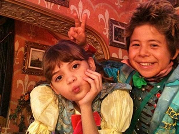 Geytsa Garcia e Tomás Sampaio posam para foto nos bastidores (Foto: Acervo pessoal)