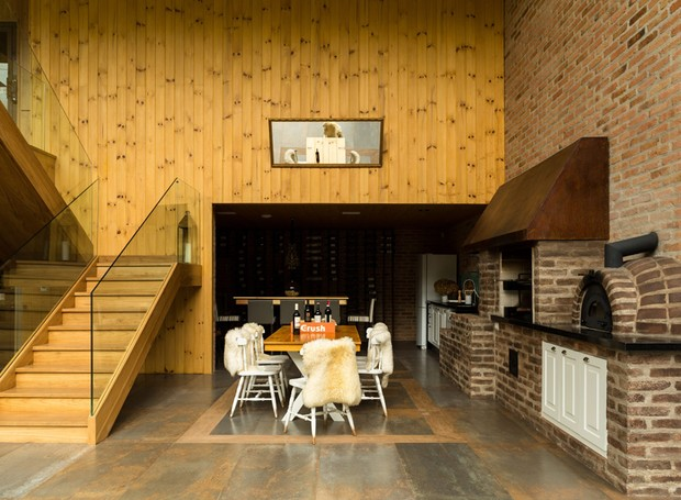 Área-gourmet-tijolos-de-demolição-churrasqueira-freijó-arquitetura-arkitito (Foto: Edu Castello/Editora Globo)