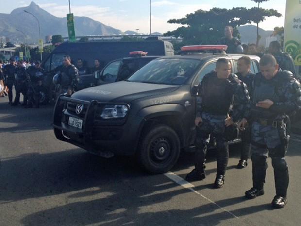 Policiais em cima do viaduto que dá acesso ao Maracanã (Foto: Luis Bulcão/G1)