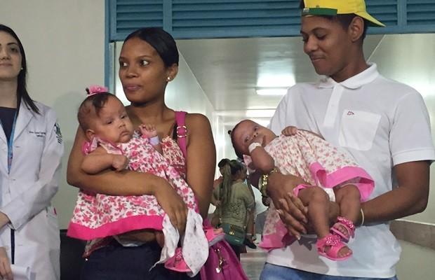 Gêmeas, de 4 meses, deixaram o Hospital Materno Infantil, em Goiânia (Foto: Murillo Velasco/G1)