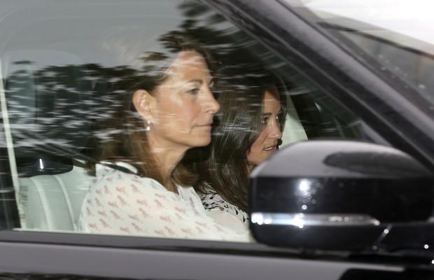 Carole e Pippa Middleton visitam Palácio de Kensington (Foto: Getty Images)