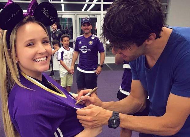Kaká autografa camisa de Larissa Manoela (Foto: Reprodução/Instagram)