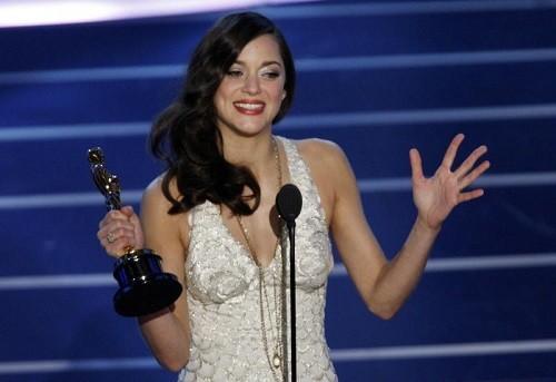 """A atriz francesa Marion Cotillard ganha Oscar de melhor atriz por """"Piaf"""" em 2008. Foto: AFP (Foto: A atriz francesa Marion Cotillard ganha Oscar de melhor atriz por """"Piaf"""" em 2008. Foto: AFP)"""