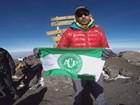 Alpinista escala maior montanha da África e homenageia Chapecoense