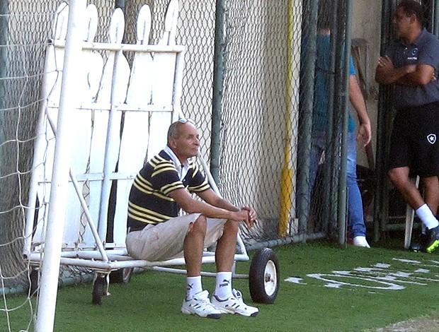 pai do Loco Abreu no treino do Botafogo (Foto: Thales Soares / Globoesporte.com)