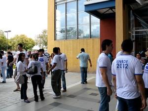 Estudantes do ensino superior fizeram Enade neste domingo (25) (Foto: Marcos Dantas / G1 AM)