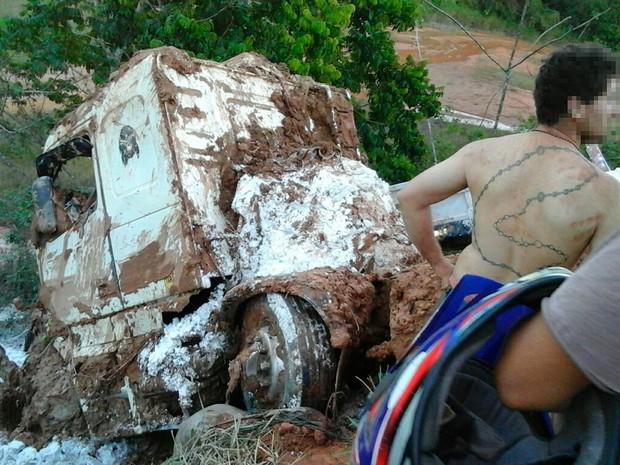 Acidente mata caminhoneiro na BR-101, em Teixeira de Freitas, na Bahia (Foto: Corpo de Bombeiros/ Divulgação)