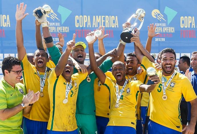 Jogadores fazem a festa com o troféu da 11a conquista invicta da competição  - futebol de areia brasil seleção brasileira  (Foto: Marcello Zambrana / DGW)