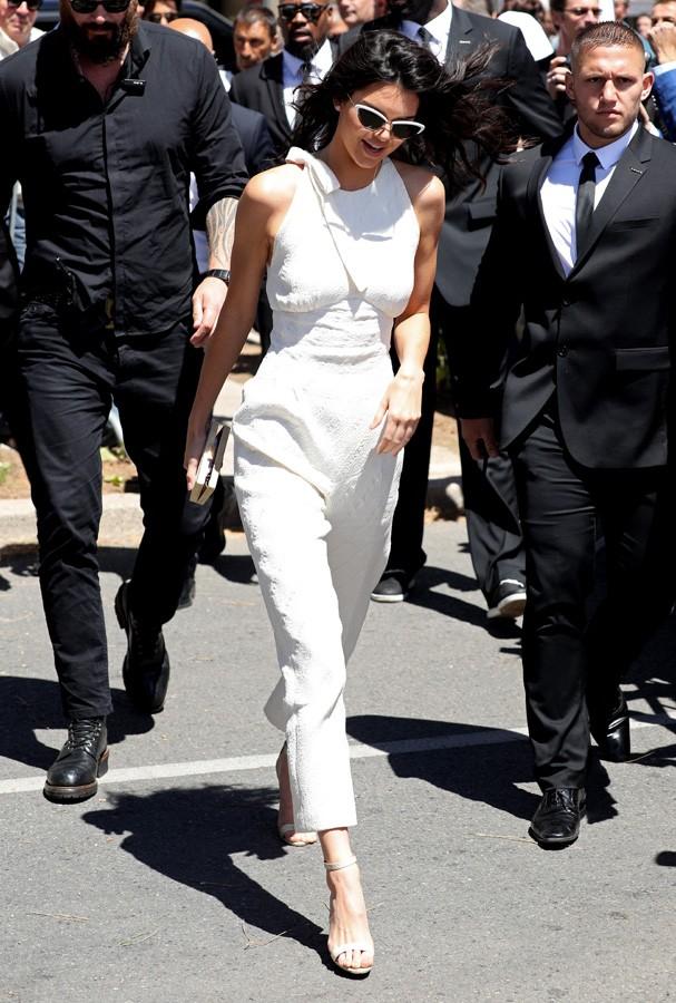 Kendall Jenner apostou em um conjuntinho total white desenhado pela estilista Emilia Wickstead  (Foto: Getty Images)