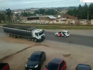 Morador flagrou perseguição entre seis viaturas da PM e carro suspeito (Foto: Reprodução/TV TEM)