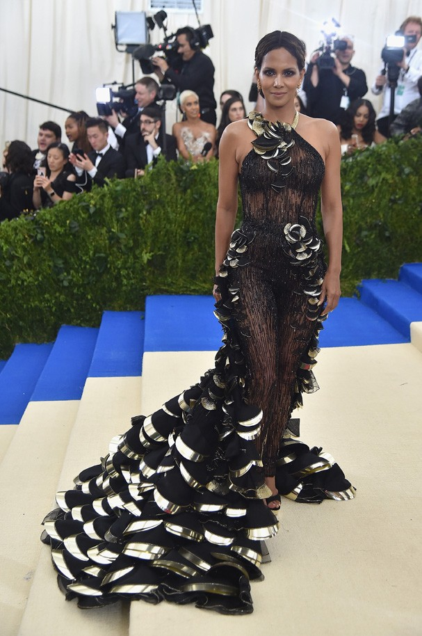 """NEW YORK, NY - MAY 01:  Halle Berry attends the """"Rei Kawakubo/Comme des Garcons: Art Of The In-Between"""" Costume Institute Gala at Metropolitan Museum of Art on May 1, 2017 in New York City.  (Photo by Theo Wargo/Getty Images For US Weekly) (Foto: Getty Images For US Weekly)"""