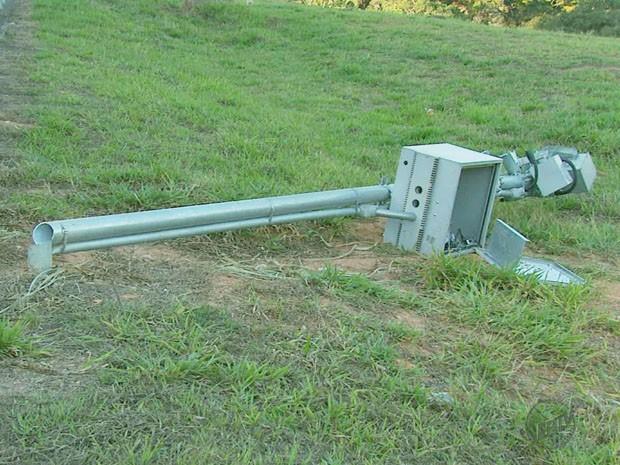 Poste foi serrado para que as duas câmeras de fiscalização pudessem ser arrancadas. (Foto: Tarciso Silva/ EPTV)