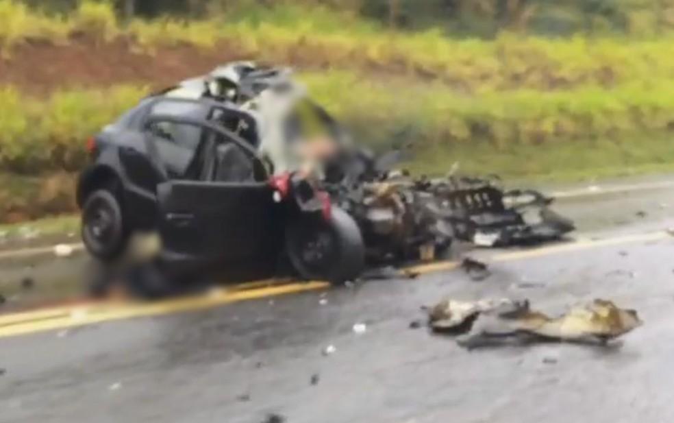 Passageiros morreram na hora após carro e caminhão baterem de frente (Foto: Arquivo Pessoal)