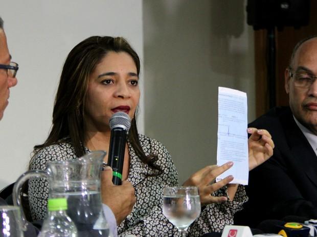 Empresária Nair Blair apresenta suposto termo de confissão (Foto: Rickardo Marques/G1 AM)