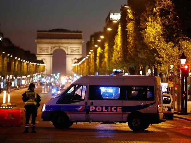 Polícia fecha a avenida Champs Elysees, em Paris, após tiroteio