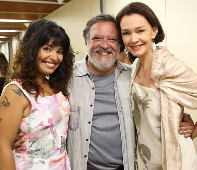 Daniela Fontan, Luis Melo e Julia Lemmertz posam juntinhos e com sorriso no rosto (Foto: Carol Caminha/Gshow)