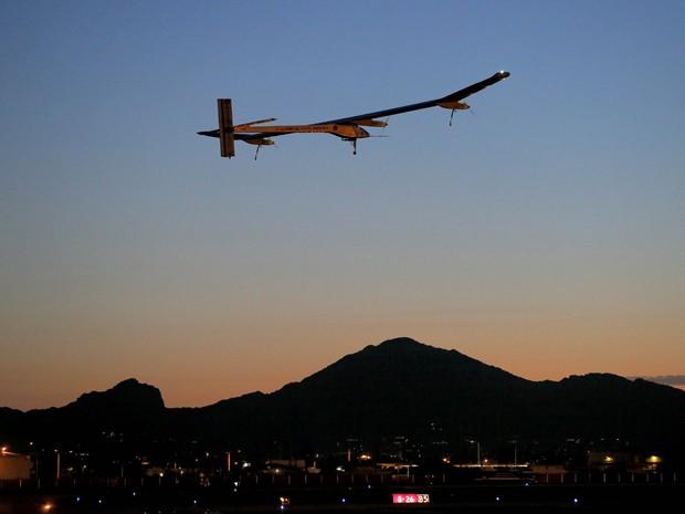 Foto de arquivo do dia 22 de maio mostra o Impulso Solar, pilotado por André Borschberg, tomando o voo, de madrugada, do Aeroporto Internacional Sky Harbor, em Phoenix  (Foto: Matt York/ AP)