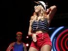 Loiríssima, Anitta se veste de marinheira para Show : 'Vai começar'