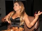Gaby Amarantos escolhe blusa decotada para ir a pré-estreia de filme