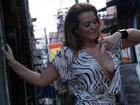 Geisy Arruda deixa seio à mostra em foto na favela e vê homem armado