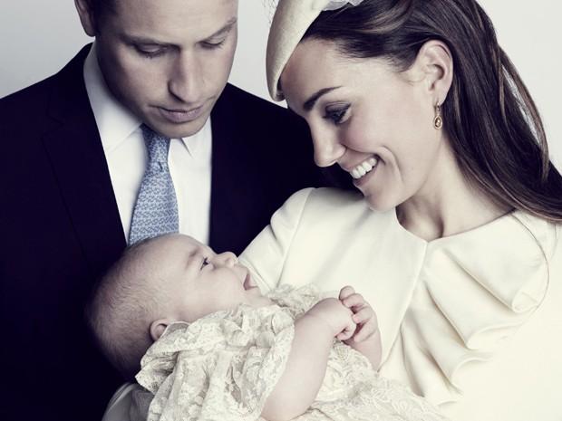 Príncipe George sorri nos braços de Kate Middleton e o Príncipe William (Foto: AP/Jason Bell, Camera Press)