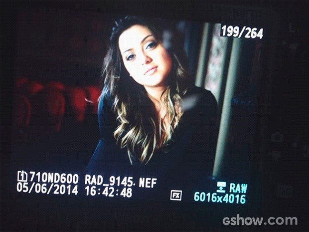 Polliana Aleixo promete arrasar nas fotos (Foto: Em Família/TV Globo)