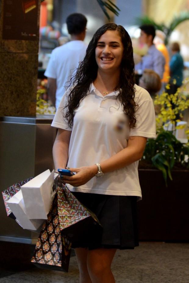 Lívian Aragão no shopping (Foto: Henrique Oliveira / AgNews)